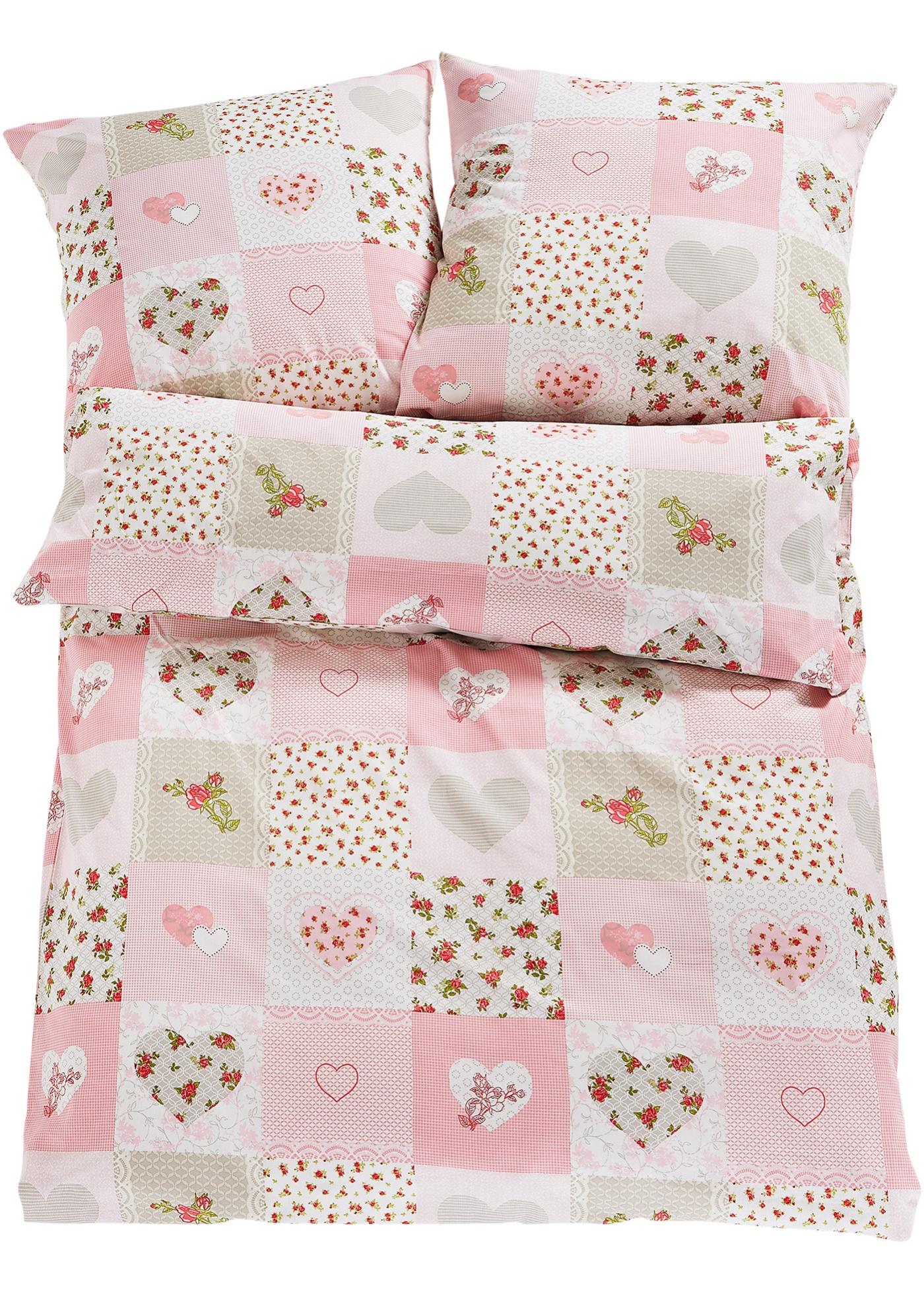 Linge de lit imprimé style patchwork mêlant cœurs et adorables couleurs. Créez une ambiance cottage avec toute la convivialité qui la caractérise dans votre chambre à coucher. Disponible en différentes qualités de coton et en parure 2 ou 4 pces.