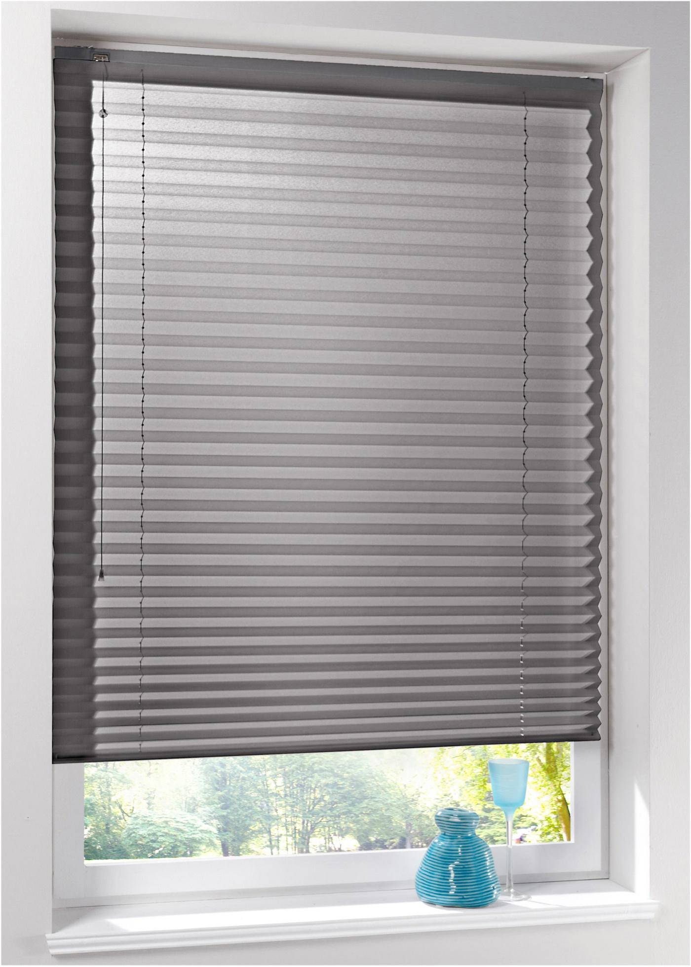 Store plissé proposé dans une belle palette de coloris unis. Option 1 : montage sur fenêtre, sans perçage ni vis, avec supports de fixation sur le cadre de fenêtre. Option 2 : montage sur plafond, avec perçage et vis. Protège de la lumière et des regards