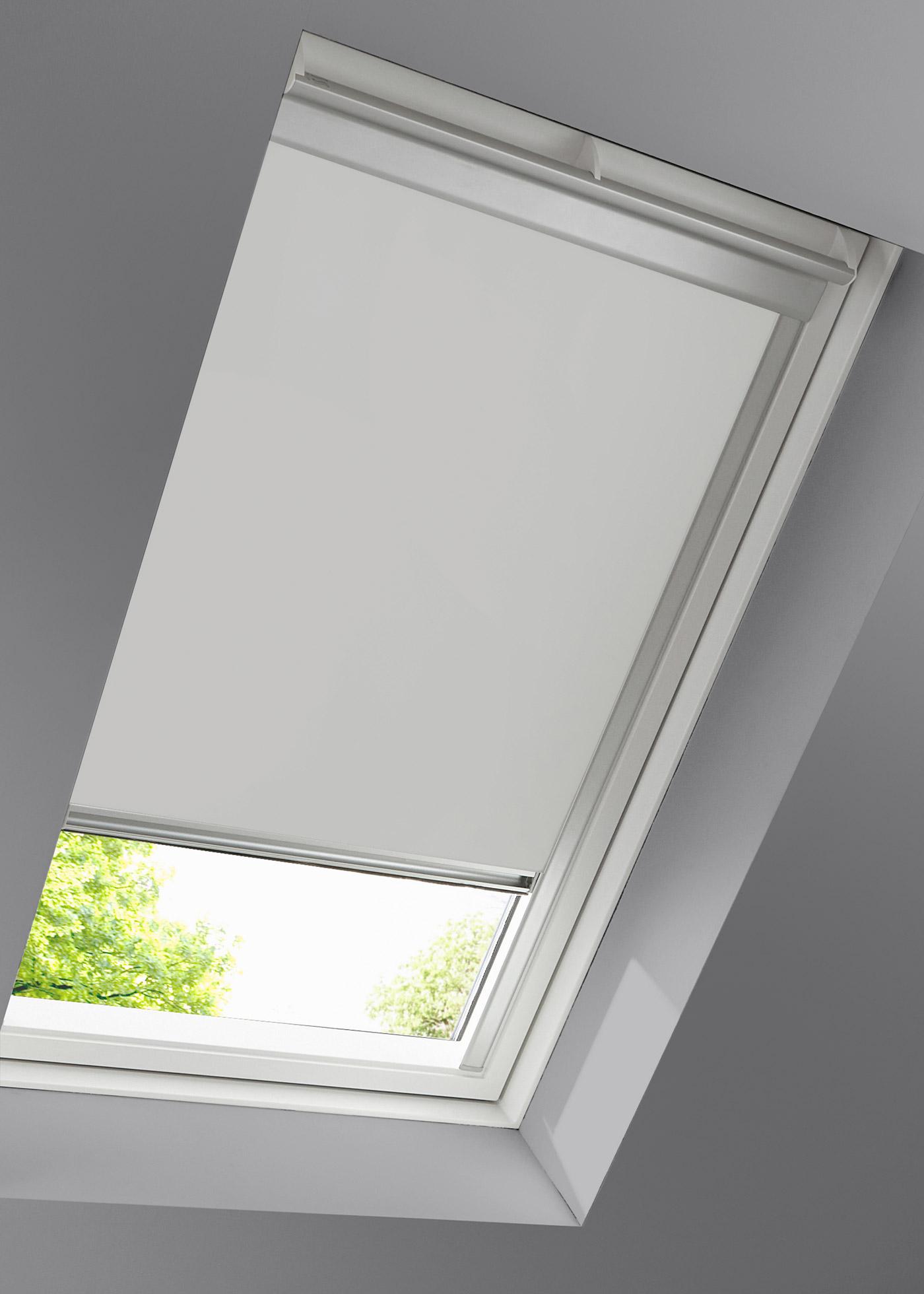 """Store de coloris uni pour fenêtre de toit type Velux. Store occultant, protège de la lumière et des regards extérieurs. Store en profilé d""""aluminum à cassette. Différentes tailles. Recto enduit. Idéal pour la chambre à coucher. La livraison inclut un"""