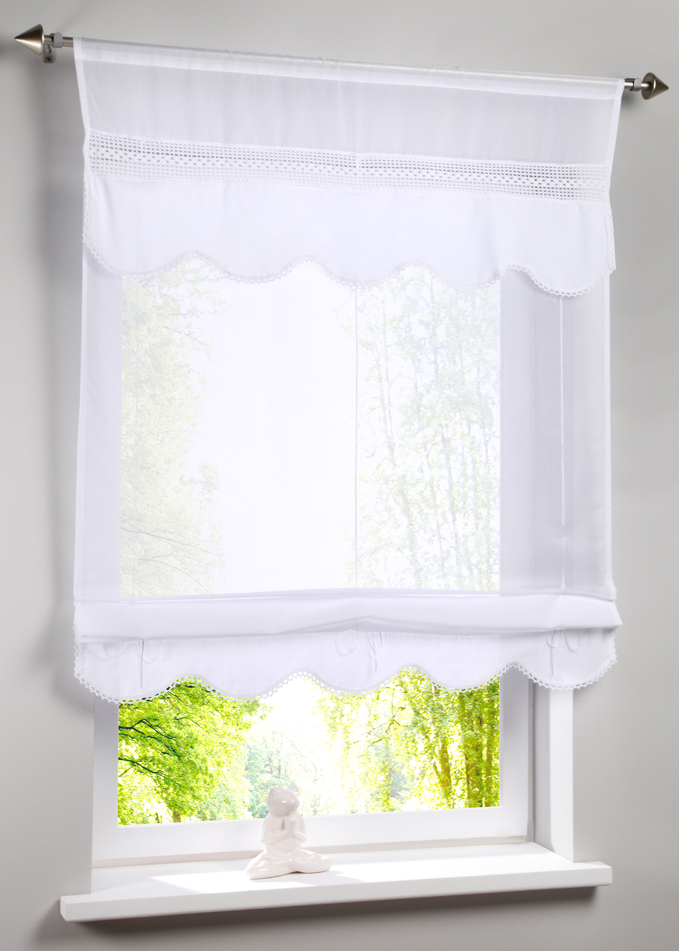 """Joli store à nouer semi-transparent, rehaussé d""""une délicate bordure au crochet sur la partie supérieure, finition écaille à la base, facile d""""entretien et lavable. Accrochage par coulisse passe-tringle pour tringle à rideau. Dimensions = dimens"""