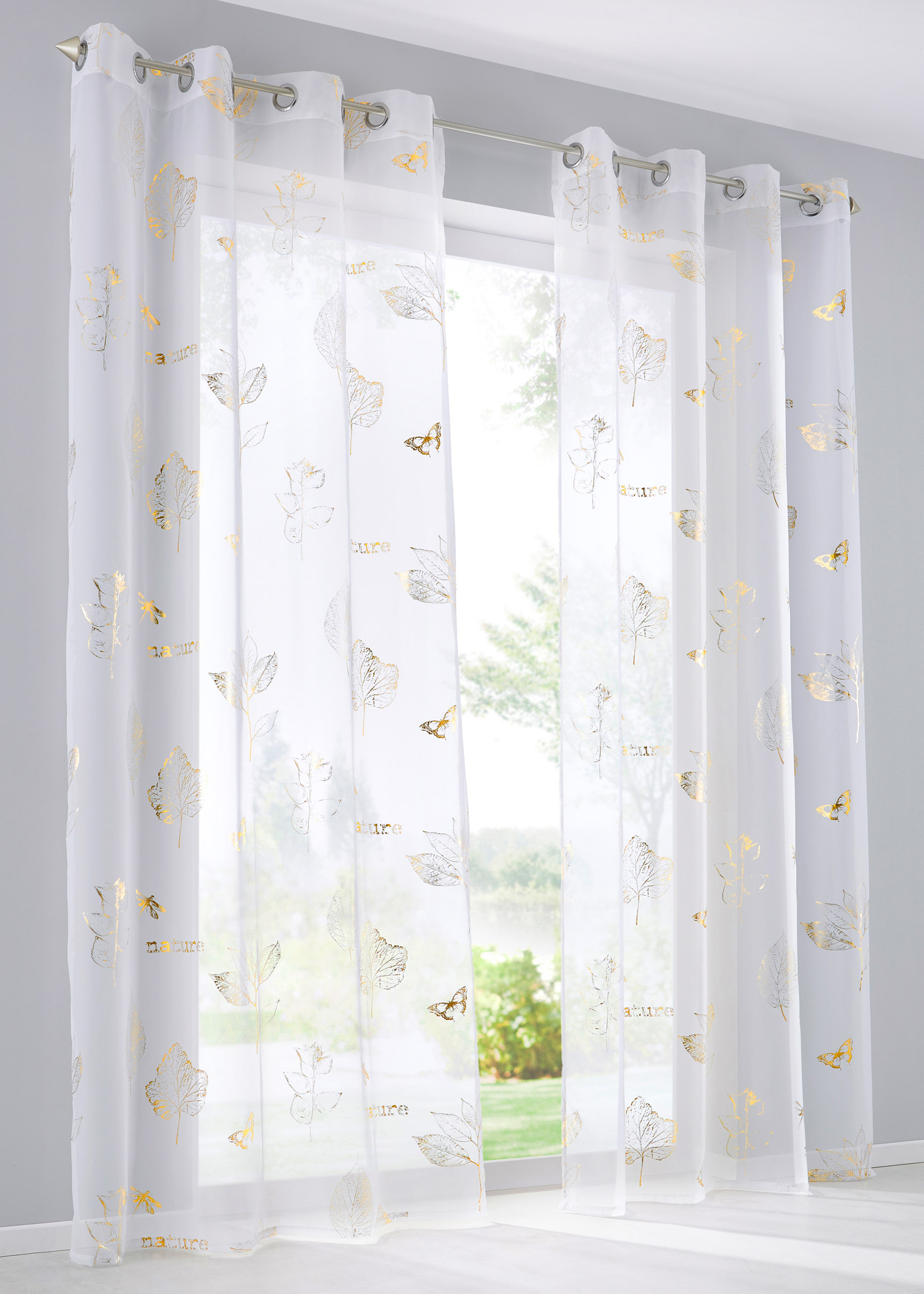 Voile transparent imprimé avec des motifs de feuilles et inscriptions en tons dorés raffinés, pour habiller vos fenêtres avec élégance ! Hiver comme été, les rayons de soleil illuminent vos pièces en créant des effets superbes.