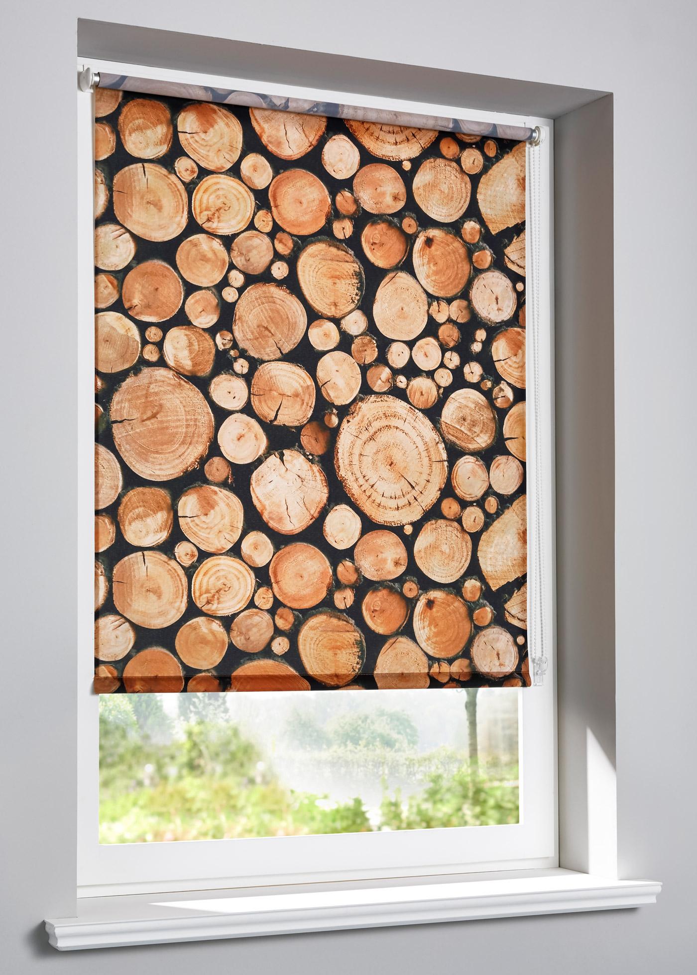 """Store brise-vue à clipser avec motif rondins de bois, hauteur modulable en continu, manoeuvre à l""""aide d""""une chaînette (à monter à droite ou à gauche), se clipse directement sur le cadre de la fenêtre, convient pour un châssis de fenêtre d"""""""