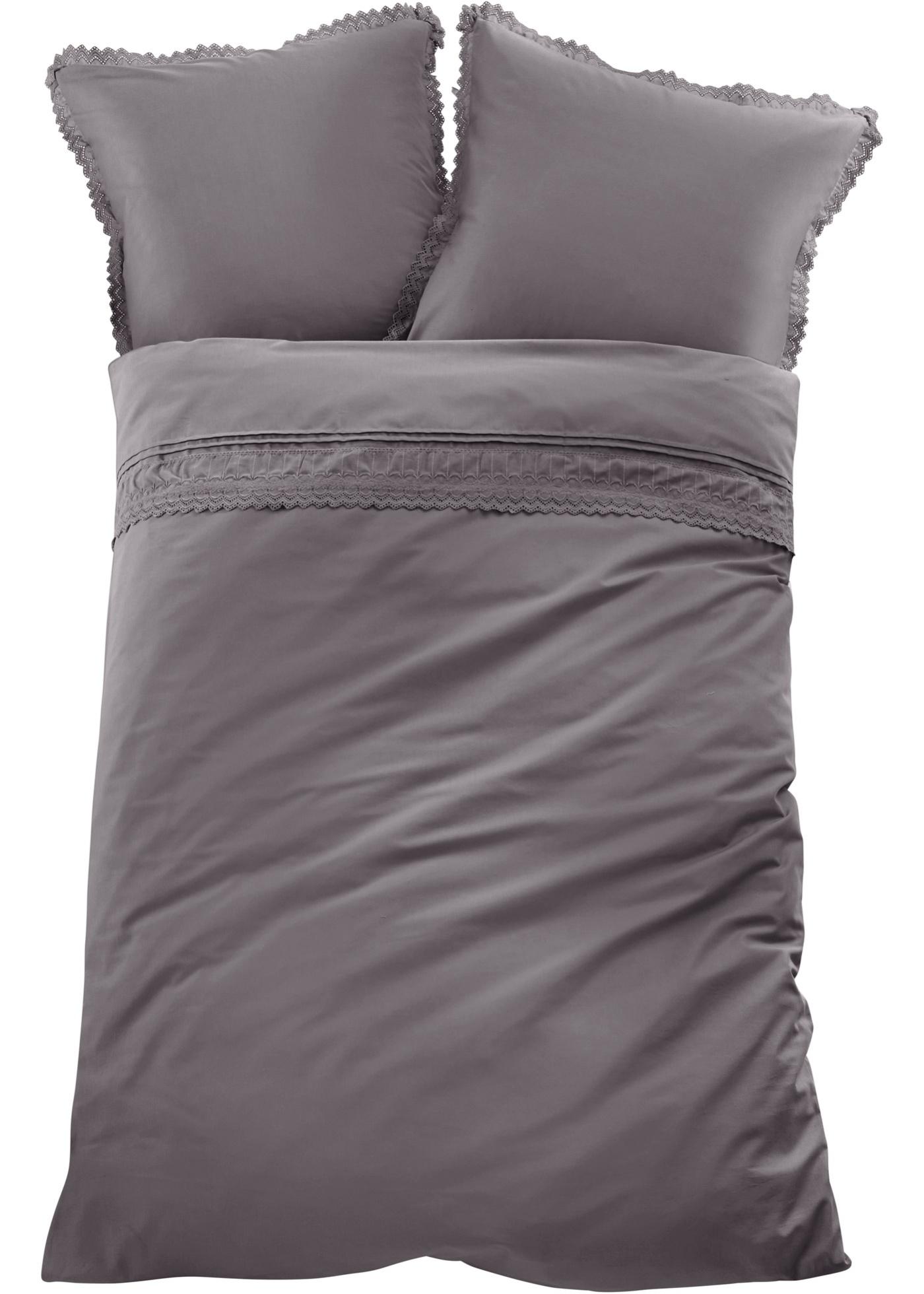 Parure de lit très romantique avec plis religieuse élégants et une belle bordure en dentelle avec broderie.