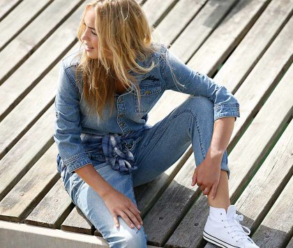un vêtement de fille en jean
